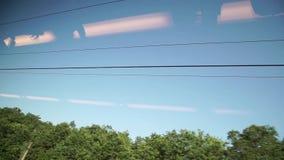 从窗口赛跑火车的天空视图 股票录像