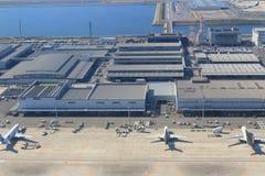 从窗口飞机的看法在关西机场中 库存照片