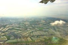 从窗口飞机,庄稼的顶视图调遣,路,街道,河 免版税库存照片