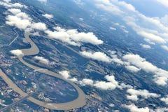 从窗口飞机,庄稼的顶视图调遣,路,街道,河 免版税图库摄影
