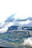 从窗口飞机,庄稼的顶视图调遣,路,街道,河 库存图片