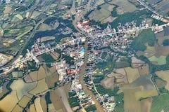 从窗口飞机,庄稼的顶视图调遣,路,街道,河 免版税库存图片