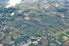 从窗口飞机,庄稼的顶视图调遣,路,街道,河 图库摄影