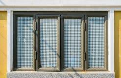 窗口高雅在墙壁上的葡萄酒样式 免版税图库摄影