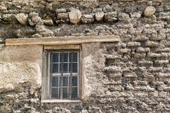 窗口,老多孔黏土墙壁 库存照片