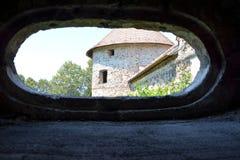 窗口 中世纪宫殿的幻想重建在村庄Racos,特兰西瓦尼亚 图库摄影