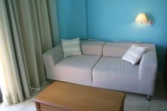 窗帘沙发 免版税库存图片