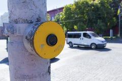 窗帘的黄色信号按钮在连接点 库存图片