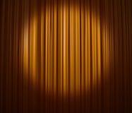 窗帘金黄聚光灯 库存图片