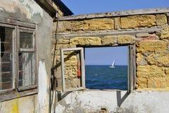 窗架有海视图 免版税图库摄影
