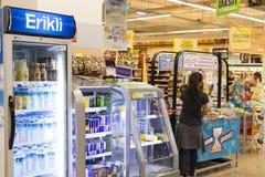 窗框和冰箱内部内部有Migros超级市场产品的在马纳夫加特,土耳其 库存照片