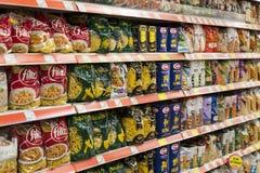 窗框和冰箱内部内部有Migros超级市场产品的在马纳夫加特,土耳其 免版税图库摄影