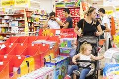 窗框和冰箱内部内部有Migros超级市场产品的在马纳夫加特,土耳其 库存图片