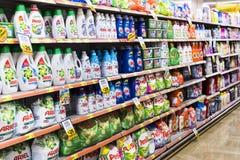 窗框和冰箱内部内部有Migros超级市场产品的在马纳夫加特,土耳其 免版税库存图片