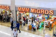 窗框和冰箱内部内部有Migros超级市场产品的在马纳夫加特,土耳其 免版税库存照片
