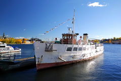 窝藏河船斯德哥尔摩游人 库存图片