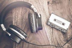立体声耳机和卡型盒式录音机磁带 免版税库存图片