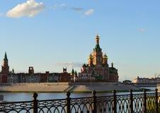 建立俄罗斯的夏天都市风景大厦历史地标塔墙壁大教堂欧洲红色旅行城堡建筑学城市河 库存图片