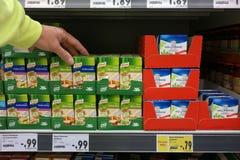 立即可用的纸盒在商店 免版税库存照片