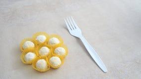立即可食一些的白蛋糕(印度尼西亚puteri salju) 免版税库存图片