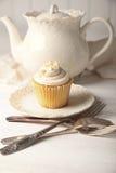 立即可食香草的杯形蛋糕 图库摄影