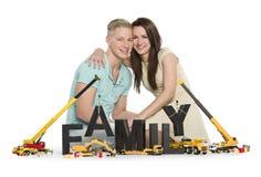 建立家庭的快乐的年轻夫妇。 库存图片