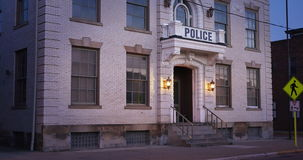 建立射击小镇警察局的早晨 股票录像