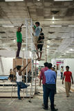 建立展示摊位的印地安劳方 库存图片