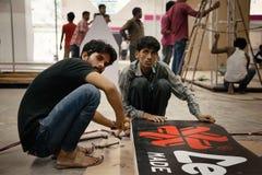 建立展示摊位的印地安劳方 免版税图库摄影