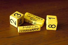 立方体与在木桌上的日期 免版税库存照片