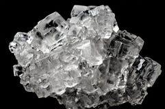 立方体反对黑背景的盐水晶聚集体 免版税库存图片