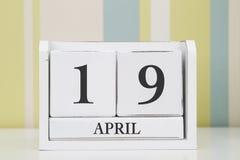 立方体形状日历4月19日 免版税图库摄影