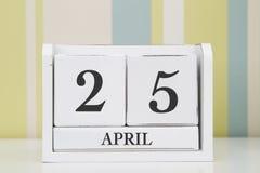 立方体形状日历4月25日 库存照片