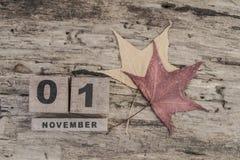 立方体日历在木背景的11月 免版税库存照片
