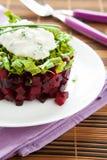 立方体甜菜和芝麻菜简单的沙拉  免版税库存图片