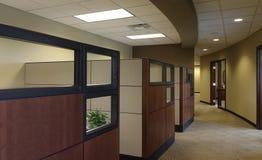 立方体空的办公室工作区 图库摄影