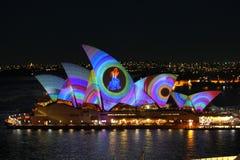 建立激光显示的悉尼歌剧 库存照片