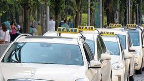 建立的出租汽车汽车的射击在柏林,德国等待顾客实时扎锁木 股票视频