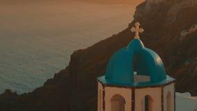 建立超特写镜头被射击一个传统蓝色圆顶Cycladic教会和爱琴海 股票视频