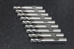 立铣床工具CNC在花岗岩桌上的列阵堆 库存图片