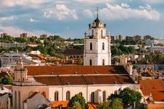 立陶宛维尔纽斯 圣约翰斯钟楼和教会看法, 免版税库存照片