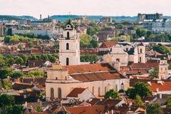 立陶宛维尔纽斯 圣约翰斯钟楼和教会看法, 库存图片