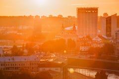 立陶宛维尔纽斯 日落在都市风景的日出黎明 教会O 库存照片