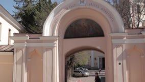 立陶宛维尔纽斯 站立在入口的男孩对圣灵的修道院 老的著名东正教修道院 股票视频