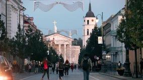 立陶宛维尔纽斯 Gediminas大道或Gedimino街看法导致钟楼和St大教堂大教堂的  股票录像