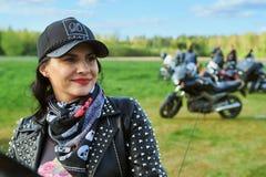立陶宛骑自行车的人开头在农村旅游业宅基,画象晒干,会议 库存照片