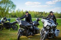 立陶宛骑自行车的人开头在农村旅游业宅基,画象晒干,会议 免版税库存照片