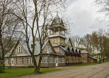 立陶宛,德鲁斯基宁凯- 30/04/2016与一个游廊的木房子3地板在尖顶下 免版税图库摄影