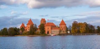 立陶宛,特拉凯2017年 10 19美丽的景色Galve湖和特拉凯在背景防御 特拉凯城堡是哥特式样式和不 免版税库存图片