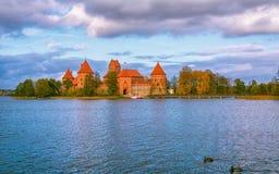 立陶宛,特拉凯2017年 10 19美丽的vew Galve湖和特拉凯在背景防御 特拉凯城堡是哥特式样式和现在 免版税库存照片